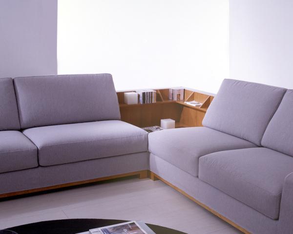 Divano angolare – angolo attrezzato con il tavolino in legno ...